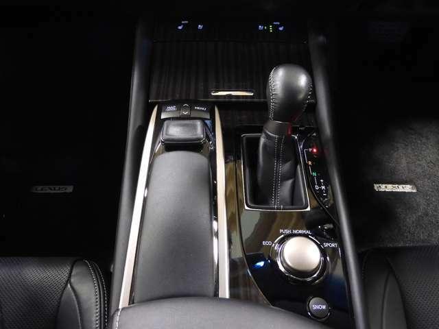 フロア6ATシフトで、足元広々♪スムーズな加速で遠出ドライブも快適に楽しめますね☆
