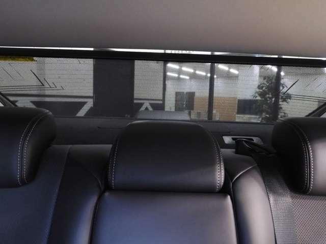 リヤドアには電動サンシェードを装備。日差しはもちろん、外からの視線も防げるなど、快適性とプライバシー性を高めてます☆