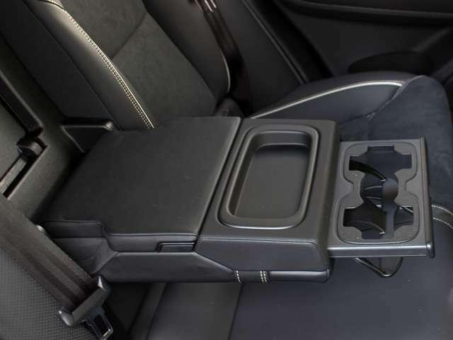 リアシート用の大型アームレストとカップホルダーでロングドライブも快適です。