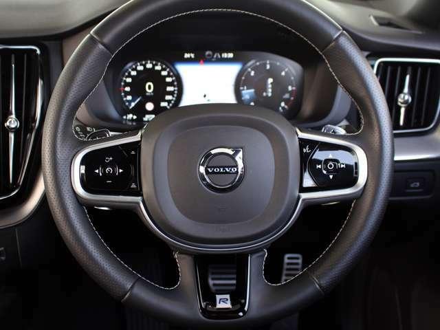 先進の機能『レーンキープアダプティブクルーズコントロール』も標準搭載。長距離の高速移動から渋滞時の低速走行時まで、手元のボタン操作ひとつで先行車両を自動追尾。安全・快適にお過ごしいただけます。
