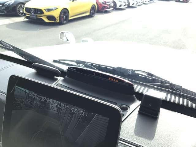 ブラインドスポットアシスト走行時に、リアバンパー左右のレーダーセンサーにより、車両の斜め後ろのミラーで見えない死角エリアに車両や自転車がいることを警告します。直通電話:046-830-1161