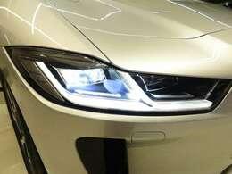 マトリクスLEDヘッドライト「夜間の視認性と安全性を大幅に向上。常時ハイビームを点灯しながら、状況に応じて自動的にビームを調整し、対向車がまぶしくならないように配慮します。」