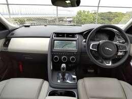 洗練されたモノトーンの車内。