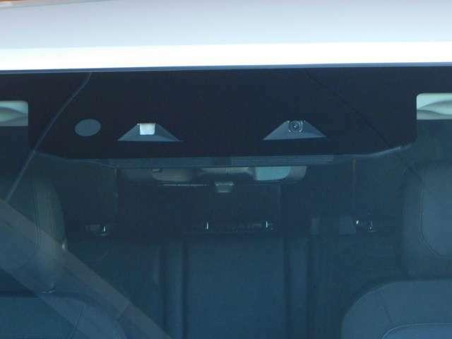 フロントガラス上部にあるカメラ・センサーにより、「先進運転支援システム」を実現。