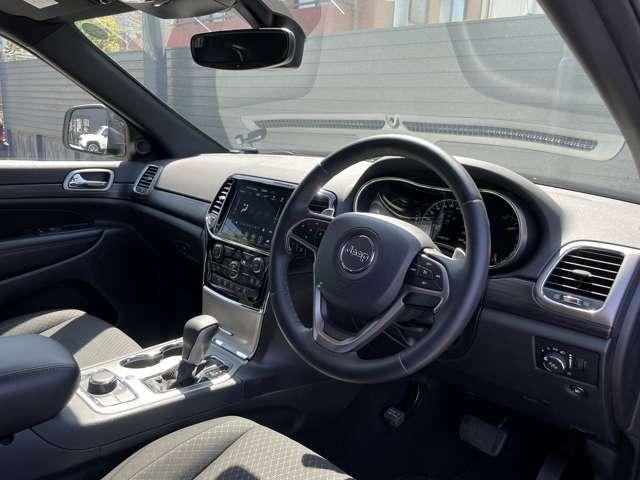 シンプル且つ操作性の高い車内空間です。