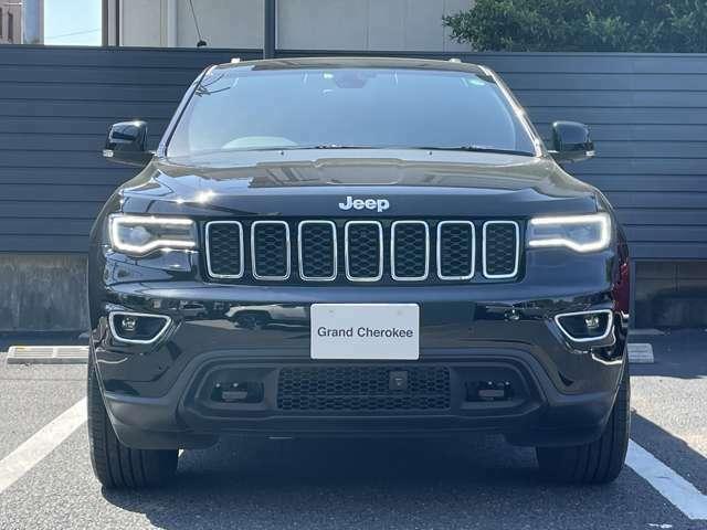 Jeepの象徴 7スロットグリルがインパクトあります。