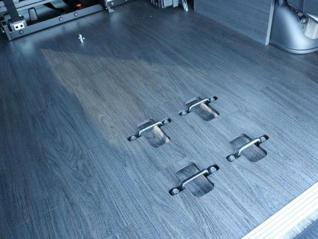 床張り施工済み! メタルウッド調のフローリングが車内に高級感を与えてくれます。 フラット化された車内は歩き易いだけでなく、お掃除の際も拭き上げが簡単に出来ます。