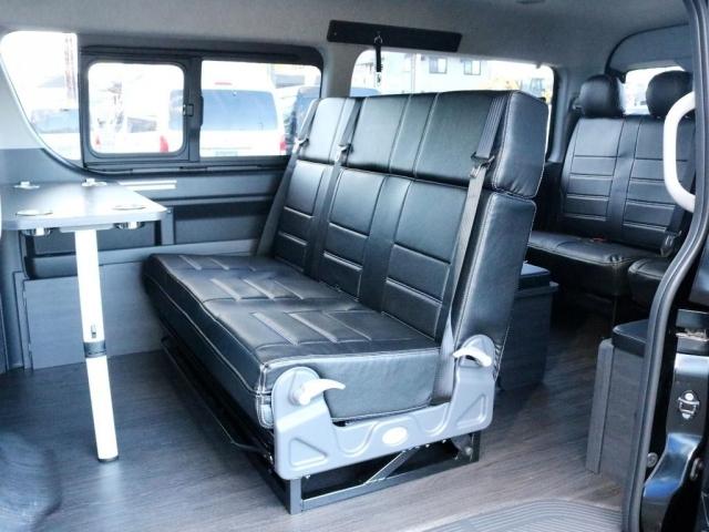 2列目は快適な3人掛けベンチシートになっています。シートの前にテーブルを設置することも可能です。