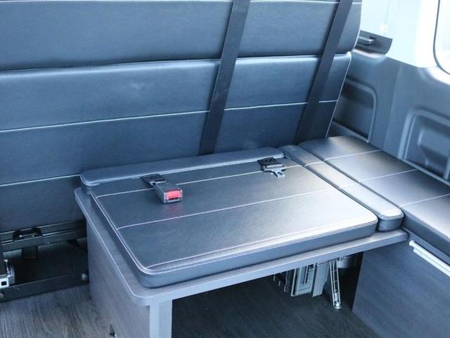 3列目には後ろ向きシートが設置されています。3列目シートは横に跳ね上げてスペースを確保する事が可能です。