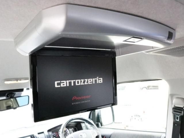 カロッツェリア フリップダウンモニターも装着済み! 後席のゲストを退屈させません! フルフラット状態の車中泊時にも大活躍!