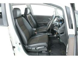 シートは通気性のいいファブリックコンビのハーフレザーシート。使用感が出やすいとされる運転席も非常にきれいな状態ですよ!!