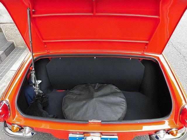 スペアタイヤが積み込まれたトランク!思いのほかスペースがございます。