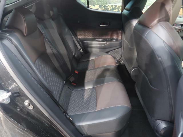 後部座席もゆったりと座れるスペースが確保できます!!足元も広々しております☆