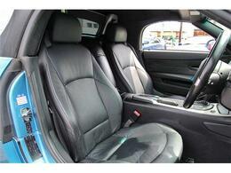 スポーティーな車両でありながら、ブラックレザーで仕上げられたシートはエレガントな雰囲気を醸し出しております。