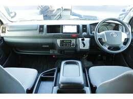 運転席エアバッグ/ABS/キーレス/イモビライザー/純正ビルトインETC/フロントオートエアコン/リヤクーラー/リヤヒーター/純正フロアマットが装備されています。