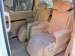 【エグゼクティブシート】2列目はゆったりと座れるキャプテンシートを採用☆ウォークスルーが可能ですので3列目への乗り込みも楽々です!