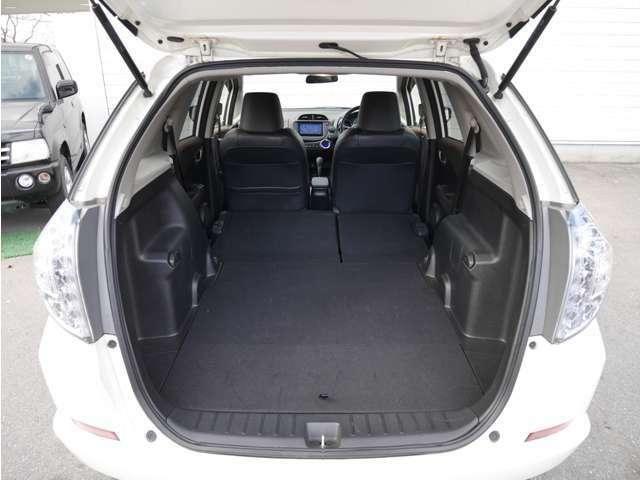 【 ラゲッジルーム 】大容量のスペースを確保。リアシートを倒すことでバリエーション豊かに収納できます。