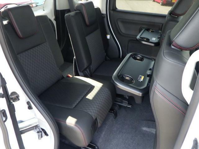 後部座席は分割可倒スライド、リクライニング機能付きで便利です