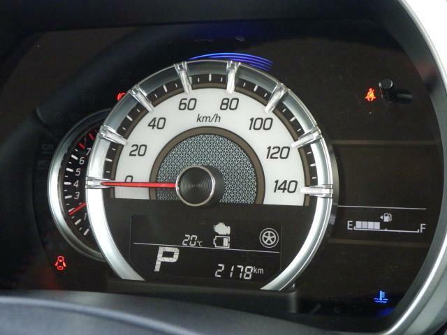 スポーティーなメーターと、運転操作を視覚化して表示するディスプレイ