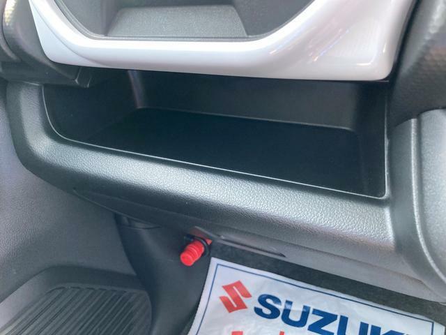 助手席前にティッシュボックスの置けるスペースあります