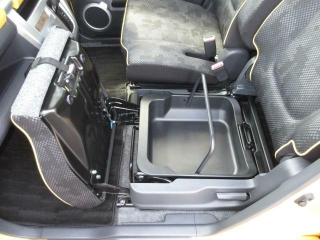 助手席の下には取り外しができる収納ケースが隠れています!履き替える靴等収納出来て、とてもすっきりします♪