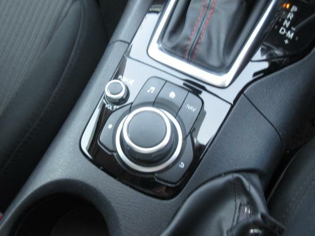 ナビ&オーディオ操作ダイヤル「コントロールコマンダー」は自然と手の触れる位置に配置されています。目線を外すことなく手元で操作できます。