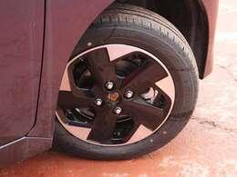 タイヤサイズは155/65R14です。日産純正アルミ装着車です。