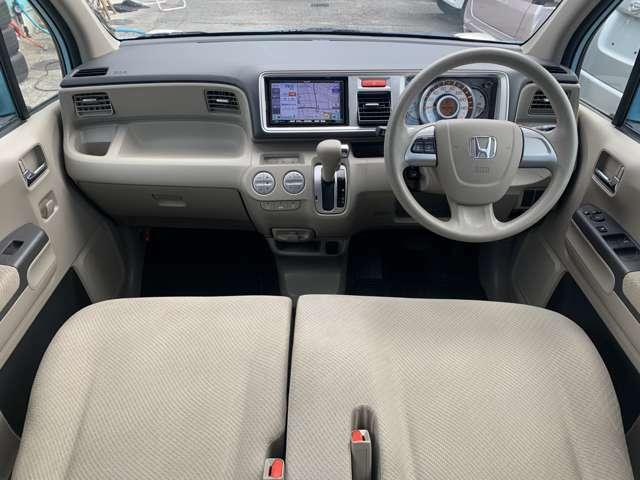 内装も中古車ですのでうす汚れ擦れ使用感はありますし、運転席に若干程度のへたりなどもありますが、特に目立つ汚れなど大きなダメージは感じず、中古車として年式距離を考えれば比較的綺麗で良好な印象を受けました