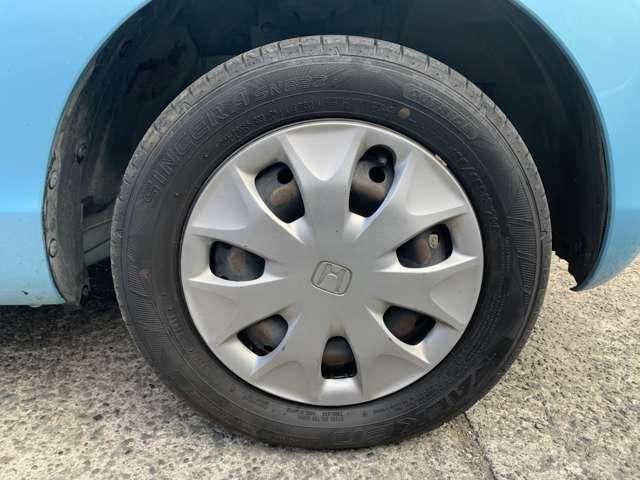 タイヤはノーマルタイヤをはいており、タイヤ山はおおよそ各4分山程度、タイヤサイズは155/65R13、スペアタイヤは新車時からもともとついておらず、パンク修理キット積みです。 早く買ってほしぃーーの!