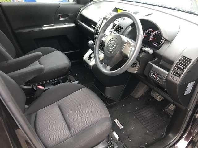 車内で一番汚れる運転席もご覧いただいた通り綺麗な状態です♪シートリフターで目線の高さを変えられるので女性でも運転しやすいお車です♪足元のマットも破れや等なく綺麗な状態です。もちろん全席装備です♪