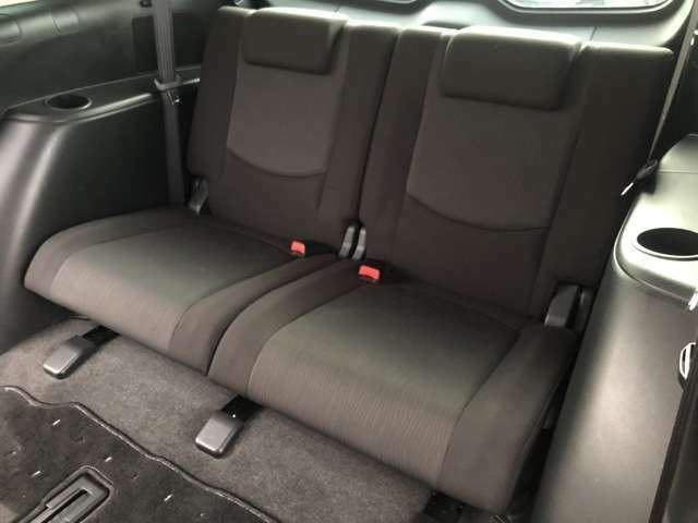 サードシートは狭く物足りない物が多い中こちらのサードシートは前列のシートと大差ないほどの座り心地とゆったり感があります♪窮屈感のある3列目の印象が変わります♪両サイドの収納も◎♪
