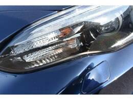 ヘッドライトには白色光のLEDロービームランプを採用。点灯後すぐに最大出力を発揮でき、瞬時に視界を確保します。