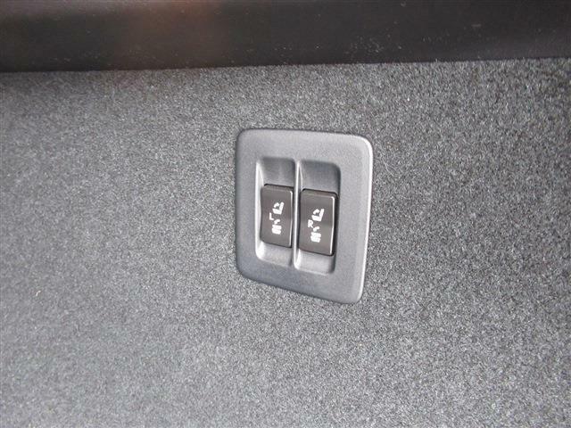 トランクからも、後部座席をボタン1つで可倒出来ます。