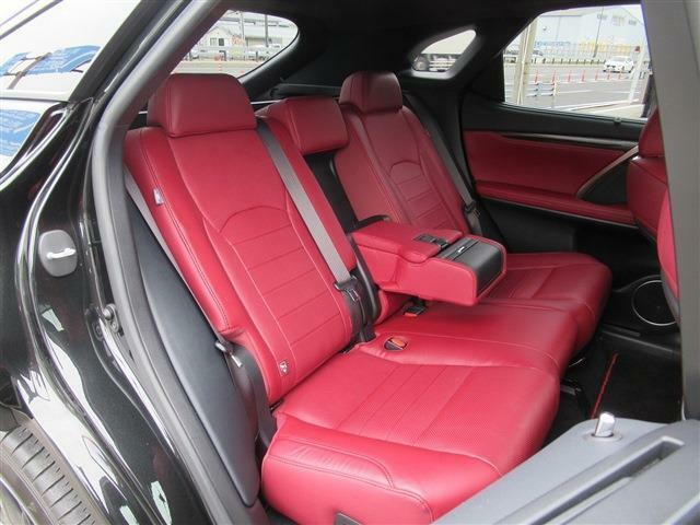 後部座席中央にはアームレストがあります。