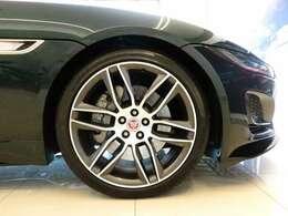 20インチアロイホイール(134,000円)大口径の20インチは引き締まった足元を演出しボディカラーと相性がよく全体のバランスを整えてくれます。