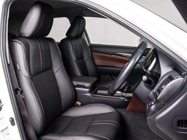 車内は高級感あふれる黒本革シートとなっております。