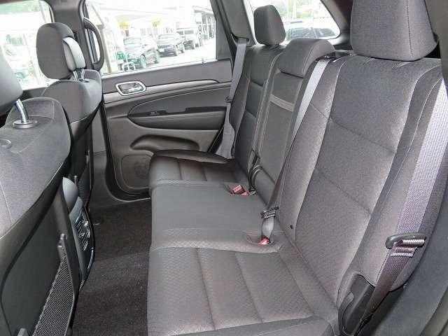 上質なリヤシート+リクライニング+センターアームレスト付き