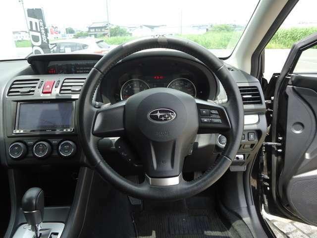 ステアリングにオーディオのスイッチが付いていますので、運転中でも目をそらさずに手元で操作が可能です。利便性だけでなく事故防止にも繋がります。