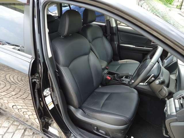 パワーシートは、通常ならば手動で操作するシートのスライドや背もたれの角度調整を電動で行うことが可能となり手動で動かすシートのように動かせる位置や角度が決まっていないため快適なポジションに設定できます。