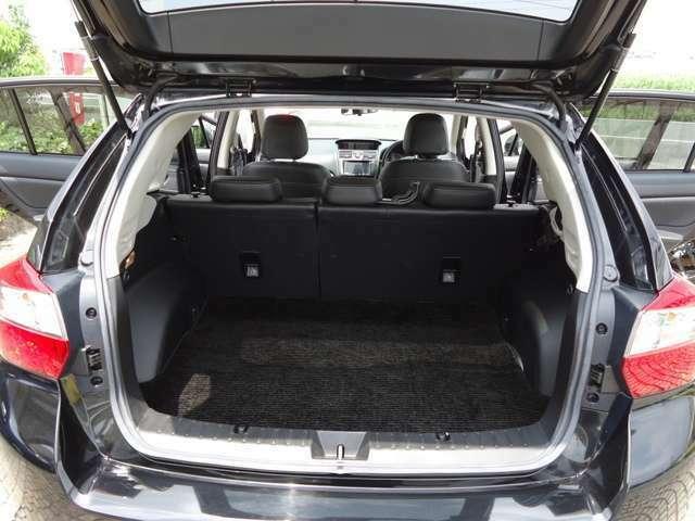 容量もしっかり有るラゲッジスペースです。後部座席を倒せば長尺物も積めます。