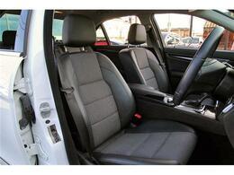 高級車ならではのハーフレザーシートもキレイに保たれております。パワーシートも備わっております。