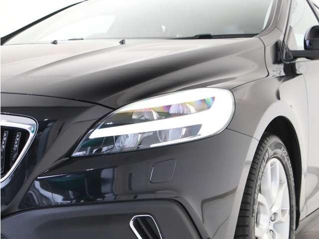 LEDヘッドライトは、ステアリングを切った方向に合わせて自動でライトの向きを変え夜間の視界を確保するアクティブ・ベンディング機能や、対向車のドライバーの眩惑を防ぐアクティブ・ハイビームを備えています。