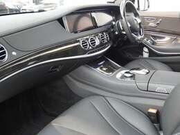 ブラックを基調とした車内にブラックハイグロスポプラウッドインテリアトリムを採用!メルセデス特有の高級感を存分に堪能して頂けるインテリアになります!車内を彩るマルチカラーアンビエントライトも魅力です!