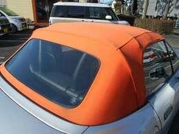 外装天井の幌!鮮やかなオレンジカラー!チタンシルバーのボディにもアクセントになっています!1度張り替え済みの幌になりますので状態も良好!リヤビニール部分のは破れなどはございません!