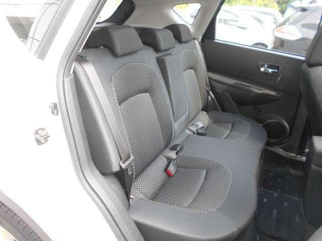 後席シートはゆったり座れます。  中央部を展開すればアームレスト(肘掛)&カップホルダーとして使用出来ます。