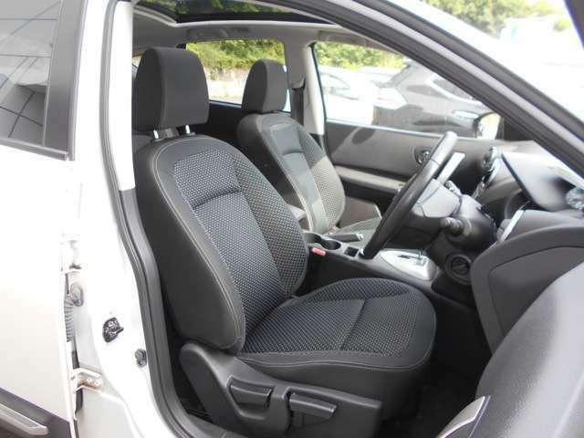 運転席&助手席  運転席にはシートリフター(高さ調整機能)付きなので身長に関係なく運転しやすいポジションがとれます。