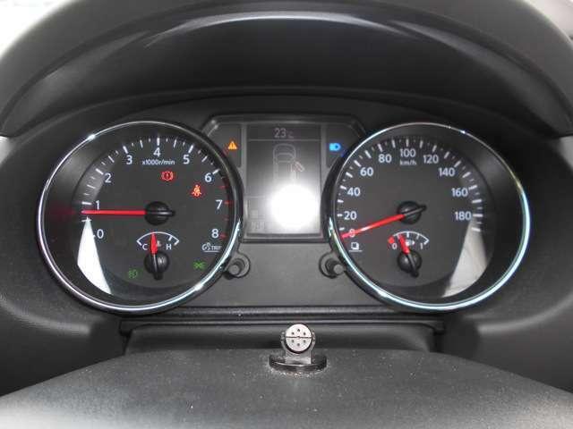 見やすいメーター類  中央部の「車両情報ディスプレイ」にはメンテナンス機能、燃料残量不足などの情報を表示。