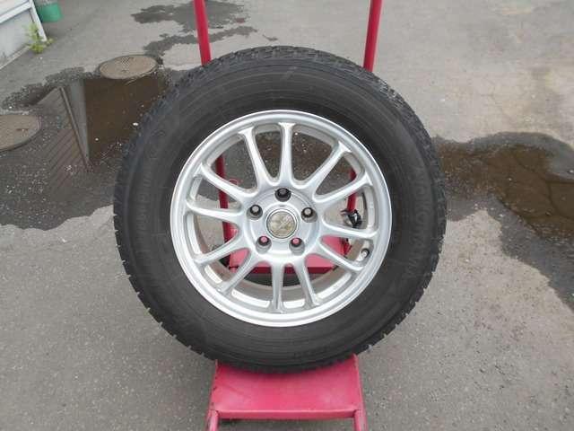 スタッドレスタイヤには社外アルミ (タイヤの残り溝は約7ミリです。)