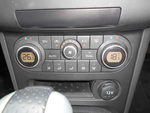 空調はオートエアコンで快適です♪ 左右別々に温度設定も出来ます。