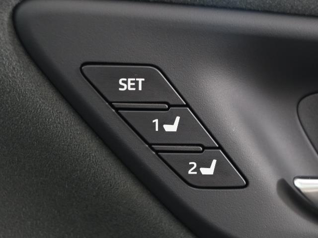 シートメモリースイッチです。 シートの位置をそれぞれ記録しておくことが出来るのでご家族や複数の方で車を乗られる方には便利な機能ですよね。